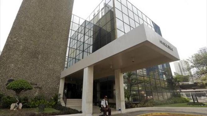 Un vigilante, ante la puerta del despacho Mossack Fonseca,en Panam�.