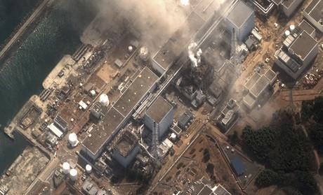 Imatge per satèl·lit de la central nuclear de Fukushima, en què s'aprecia el fum procedent del reactor número 3, dilluns.