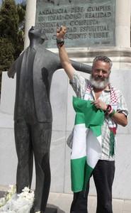 El diputado de IU Juan Manuel Sánchez Gordillo, durante la ofrenda floral ante el monumento a Blas Infante, este sábado en Sevilla.