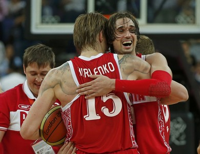 Alexey Shved (derecha) y Andrei Kirilenko celebran el triunfo de Rusia ante Argentina, este domingo en Londres. 