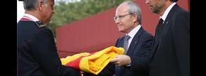 El entonces presidente de la Generalitat, José Montilla, entrega la bandera en el homenaje a Rafael Casanova, en el 2009.