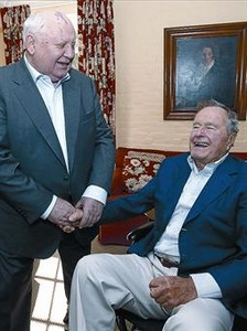 Gorbachov y Bush bromean, ayer, en Houston.