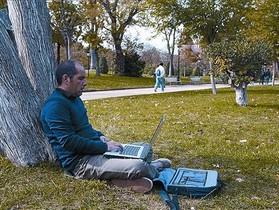 Un usuari utilitza el wifi públic al parc de la Ciutadella.
