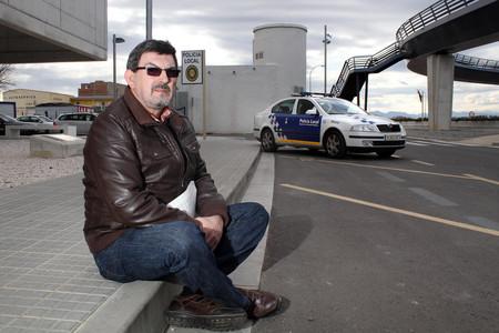 El agente Pere Millet, que ha denunciado el fraude ante los tribunales, en el estacionamiento de la policía municipal de Castelló d'Empúries.