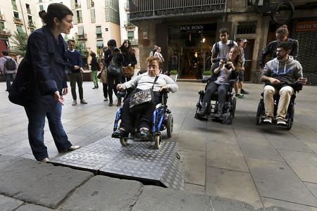 Accesos difíciles en Barcelona para personas con dificultades físicas.
