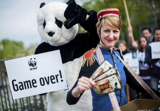 Activistas de WWF disfrazados protestan ante el Panel Intergubernamental de Expertos sobre Cambio Climático de las Naciones Unidas (IPCC), en Berlín, el viernes
