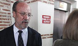 El alcalde de Valladolid, Javier Le�n de la Riva, junto a un ascensor.