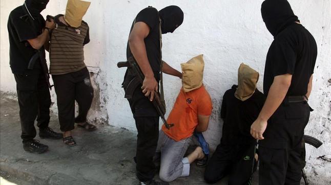 Miembros de Hamás se disponen a ejecutar a unos palestinos a los que acusan de colaborar con Israel.