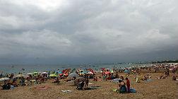 Ba�istas bajo un cielo nublado en Salou, el viernes.