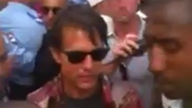 El actor Tom Cruise se da un ba�o de multitudes en Marruecos durante el rodaje de 'Misi�n Imposible 5'.