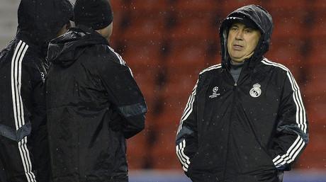 Carlo Ancelotti conversa con sus ayudantes en Anfield, el estadio del Liverpool