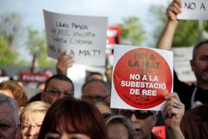 Manifestación con carteles contra la MAT en Santa Coloma de Gramenet, el 2014.