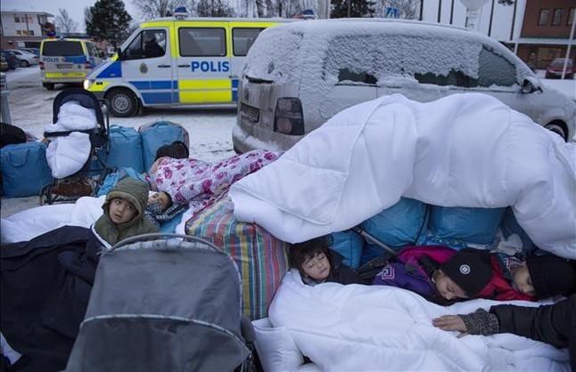 Niños refugiados sirios duermen en la intemperie en el exterior de una oficina de inmigración sueca en Marsta, en las afueras de Estocolmo, el 8 de enero.