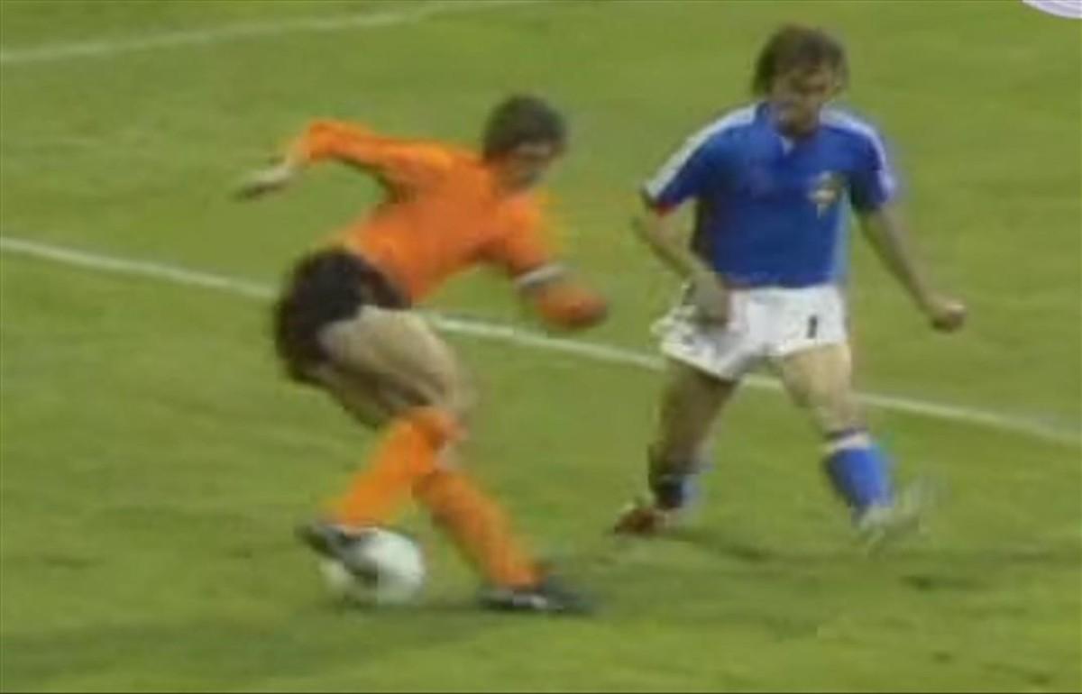 El legendario regate de Johan Cruyff al sueco Jan Olsson en el Mundial de 1974.