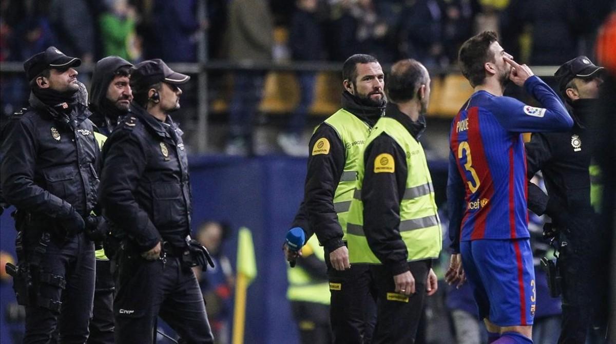 Piqué se dirige enfadado al palco del Estadio de la Cerámica tras el empate entre Villarreal y Barça.