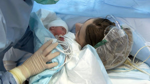 Un bebé y su madre, en el hospital.
