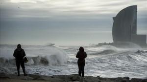 Temporal de viento y olas en la playa de la Barceloneta.