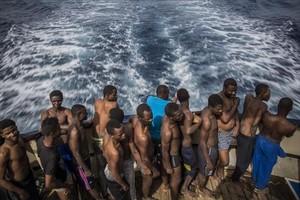 Inmigrantes rescatados en el Mediterráneo central, a bordo del Golfo Azurro, el barco de Proactiva Open Arms.