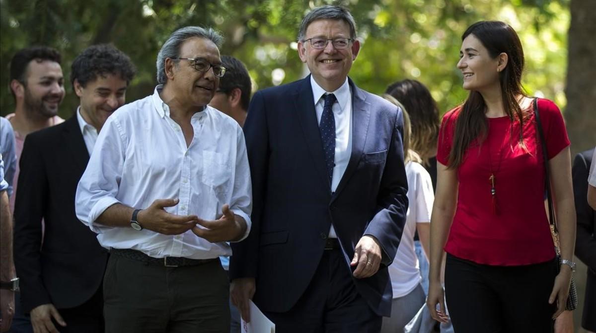 El líder socialista valenciano, Ximo Puig, con miembros de su equipo, en la presentación de su candidatura a la reelección al frente del partido, este lunes, 19 de junio, en el Jardín Botánico de València.