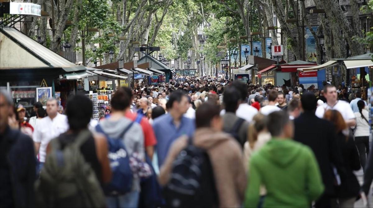 Transeúntes en la Rambla de Barcelona.