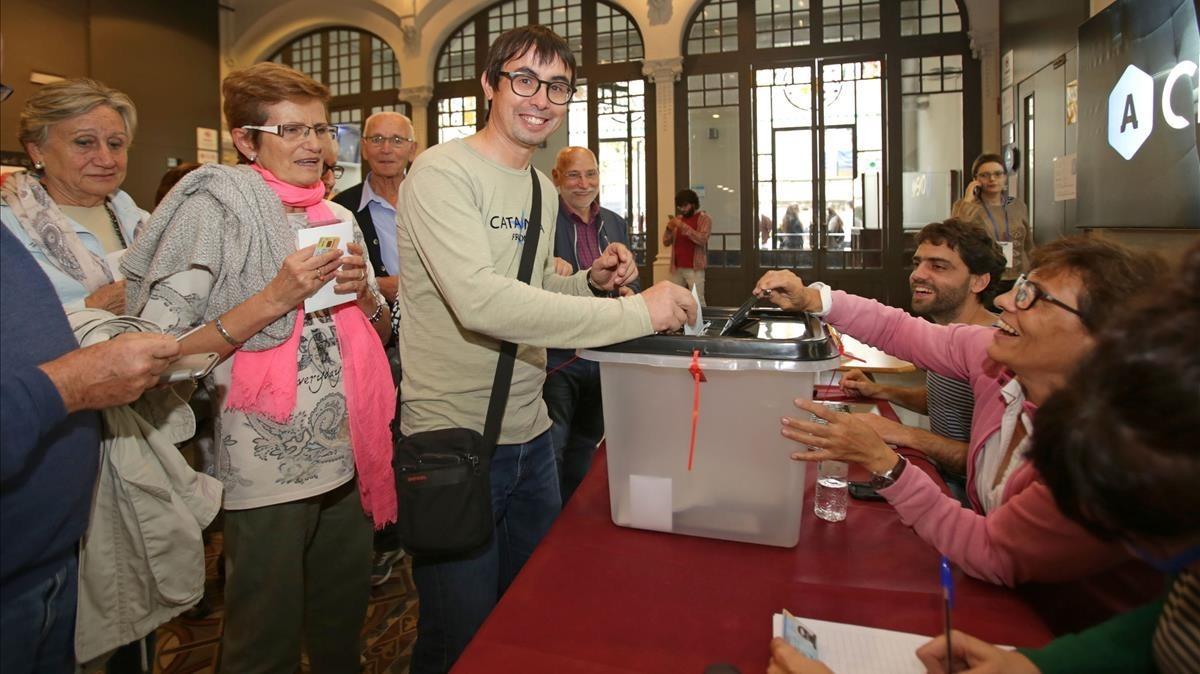 Resultados del referéndum de Catalunya: Votantes en el Ateneu de Igualada.