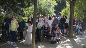 Colas para tomar el autobús turístico en la zona de la Sagrada Família de Barcelona.