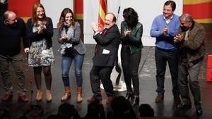 Miquel Iceta, en el centro de la imagen, bailando en el escenario mientras Guillermo Fernández Vara (segundo por la derecha) aplaude.