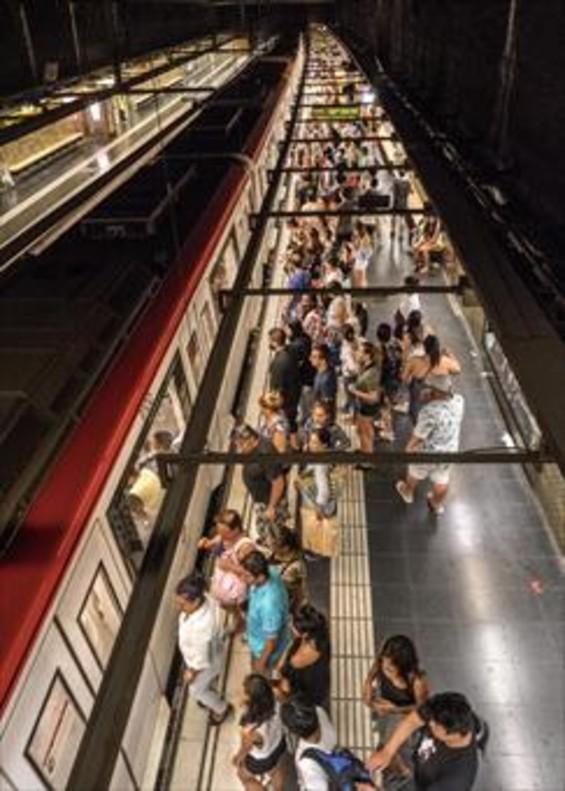 Barceloneta 8 Viajeros de la línea amarilla esperan subir a un vagón.