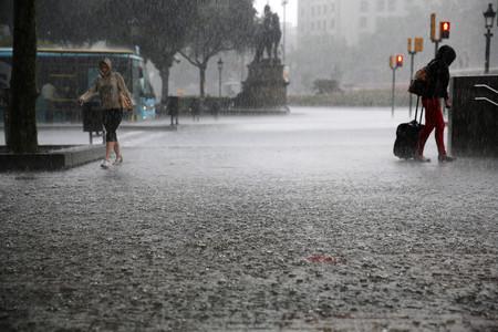 Foto de archivo de una fuerte lluvia en plaza Catalunya, Barcelona.