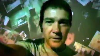 Antonio Banderas recrea una vuelta a Twitter e Instagram en un vídeo psicodélico