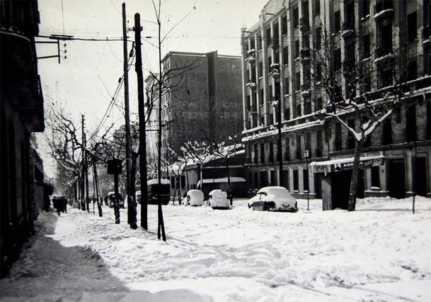 La nieve colapsó la ciudad y dejó una imagen inusual, como se puede ver en la foto tomada en el cruce de la carretera de Sants con Badal.