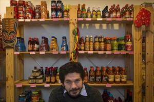 El escritor Juan Pablo Villalobos, en La Reina de las Tortillas, donde se avituallan muchos mexicanos.