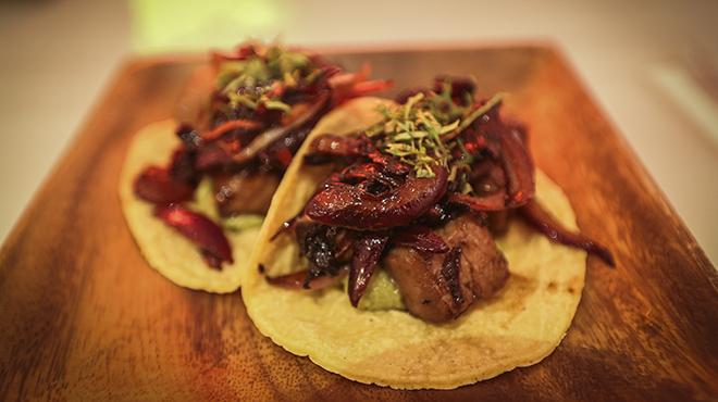 El chef del Restaurante Costa Pac�fico, Rodrigo Arrioja, prepara un taco de at�n