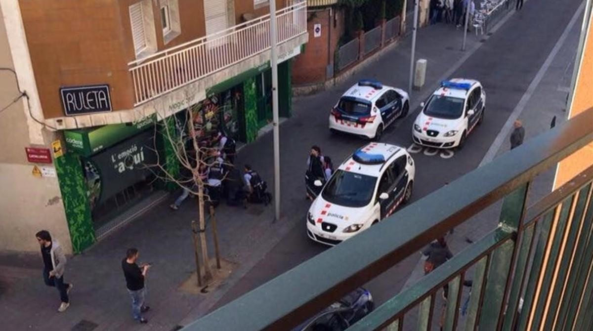 Un hombre dispara a una agente de los Mossos con la pistola de otro policía