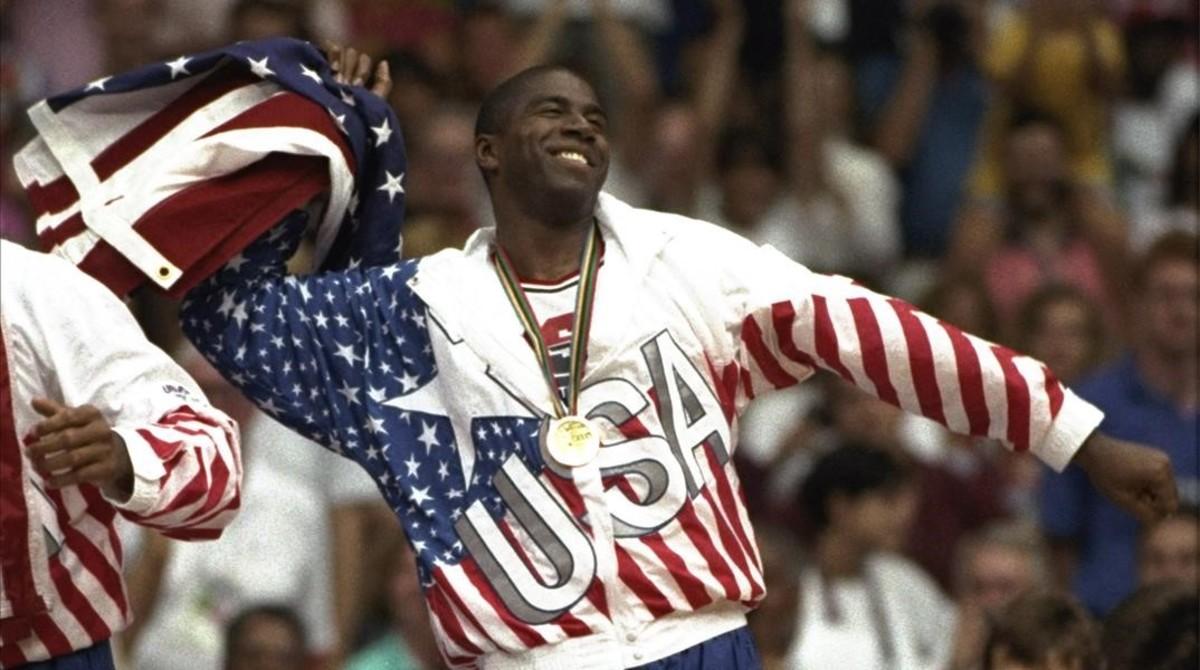 Earvin Magic Johnson, del equipo americano de baloncesto en la ceremonia de entrega de medallas.