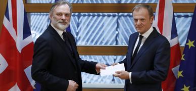 El embajador británico entrega la carta del 'brexit' al presidente del Consejo Europeo.
