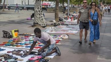 El mercat del 'top manta' es desborda davant la passivitat municipal