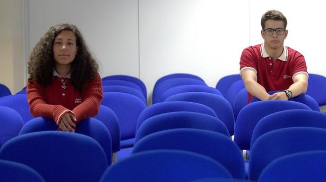Laura, que sufrió acoso durante su infancia, y Ricardo, exacosador, en el colegio Areteia de Madrid.