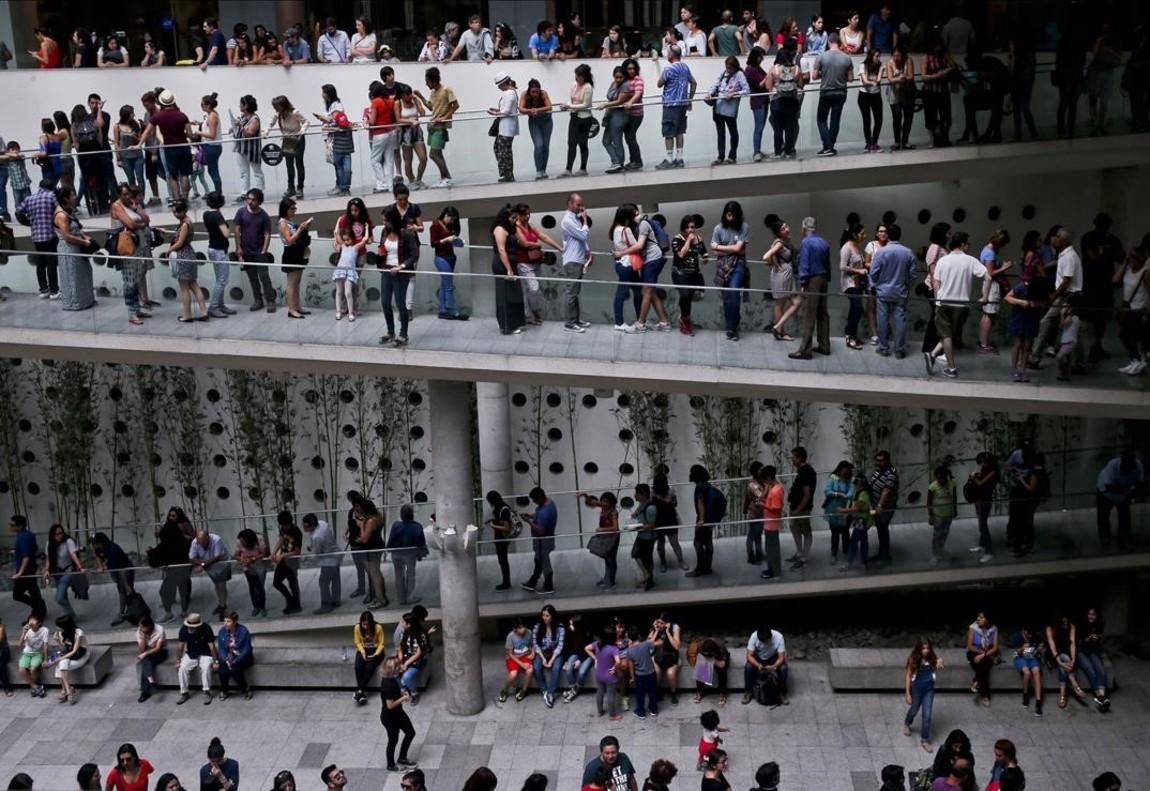 Largas colas para visitar la exposición del pintor Pablo Picasso en el Palacio La Moneda Centro Cultural en Santiago de Chile.
