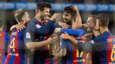 Los jugadores del Barça felicitan a Mascherano por su primer gol con el Barça.