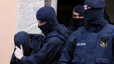 Los Mossos se llevan a uno de los detenidos en Roda de Ter.
