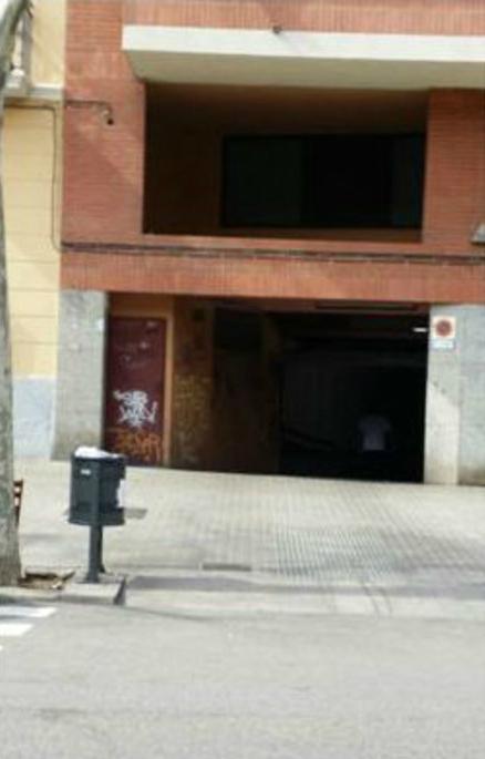 Un paso de peatones y un vado en el mismo espacio