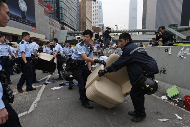La polic�a china desaloja a los manifestantes de Hong Kong