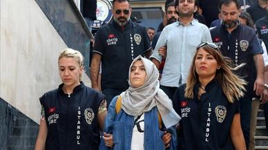 La polic�a escolta a una periodista detenida ante el juez en Estambul.
