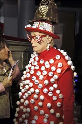 Mujer disfrazada con bolas de loteria.