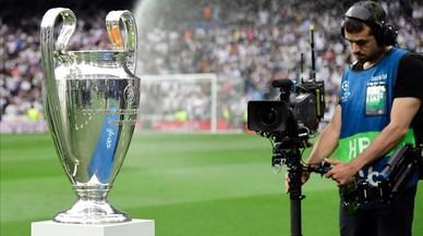 Cámara de televisión tomando un primer plano de la copa de la Liga de Campeones.
