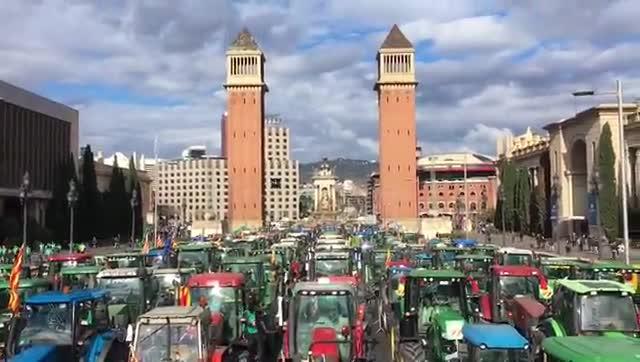 Uns 500 tractors ocupen l'avinguda de Maria Cristina a Barcelona