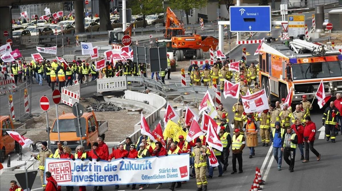 La huelga de trabajadores de tierra provoca la cancelación de cerca de 600 vuelos en Alemania