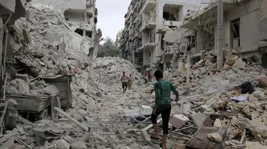 Varias personas inspeccionan los da�os tras los bombardeos sobre el barrio de Tariq al-Bab, en manos rebeldes, en Alepo, este viernes.