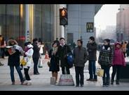 Varias personas en una calle muy transitada de Beijing, hace unos días.